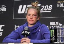 Holly Holm nie udało się zdobyć tytułu mistrzowskiego na UFC 239. Zawodniczka JacksonWink została brutalnie znokautowana w pierwszej rundzie przez Amandę Nunes. Zawsze mówię, że żyje pełna marzeń. Nigdy co prawda nie myślałam o byciu znokautowaną przez wysokie kopnięcie, na pewno to nie część moich marzeń. To był mój koszmar, teraz wstajesz rano i mówisz, że tak się już stało, takie jest życie. Amerykanka po wygranej nad Rondą Rousey stoczyła jeszcze 7 pojedynków, licząc ostatnią walkę, niestety aż 5 z nich przegrała. Wiele osób wysyła więc z tego powodu Holm na sportową emeryturę. Wiedzcie, że ze mną wszystko w porządku. Ciągle idę do przodu. Wiadomo mam teraz złamane serce, ale to nic, doceniam wasze wsparcie i miłość. Co więcej, Dana White w ostatnim wywiadzie przyznał, że oczekuje od Holm zawieszenia rękawic na kołku. To świetna zawodniczka, przykład człowieka. Nie wiem, ale myślę, że musi pomyśleć nad tym, co dalej- mówi prezydent UFC dla MMAFighting. Mówię to ze względu na to, że zawsze dbam o nią jako zawodniczkę. Musimy po prostu o tym pogadać.